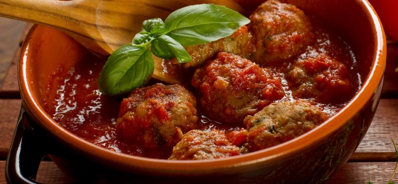 Pulpeciki z soczewicy i kaszy jaglanej w aromatycznym sosie pomidorowo-cukiniowym